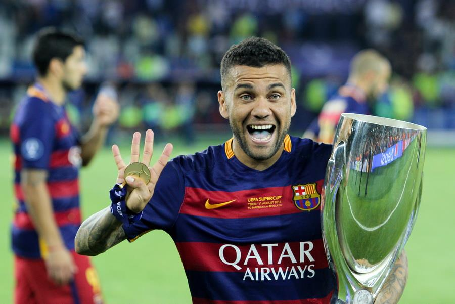 Tottenham make contact with Alves as Aurier's replacement
